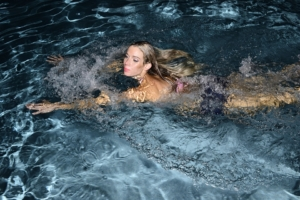 Frau schwimmt in Regenwasser pool